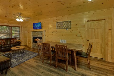 4 Bedroom Cabin with Dining Room and Fireplace - Whistling Dixie