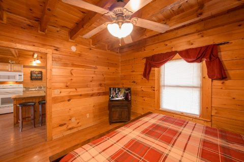 Master Bedroom with King bed in Luxury cabin - Wilderness Lodge