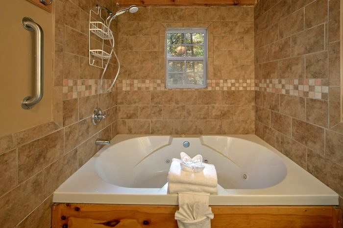 Pigeon Forge 3 Bedroom Cain with Jacuzzi Tub - Wolves Den