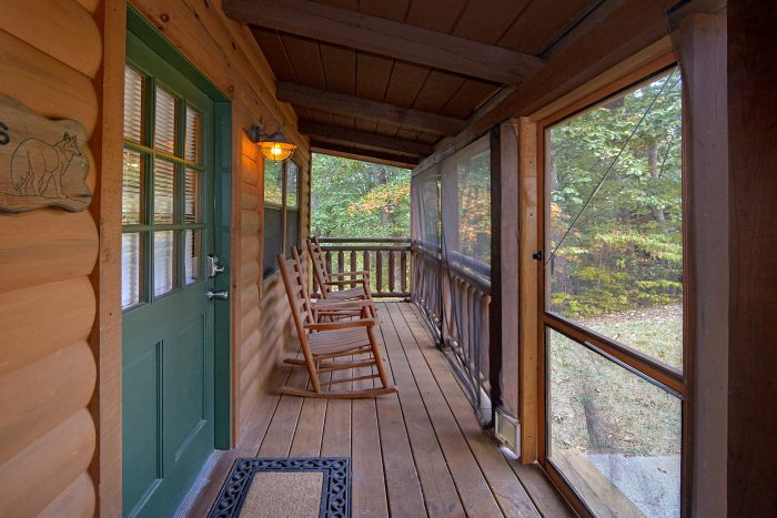 Screen in Front Porch 3 Bedroom Cabin Sleeps 10 - Wolves Den